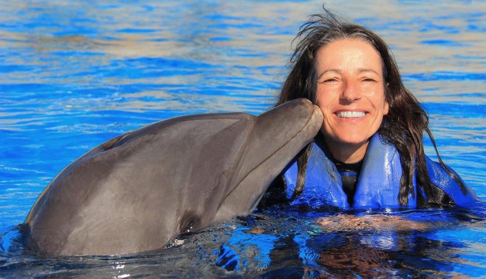 Brigitte Ashauer-Grof mit Delphin